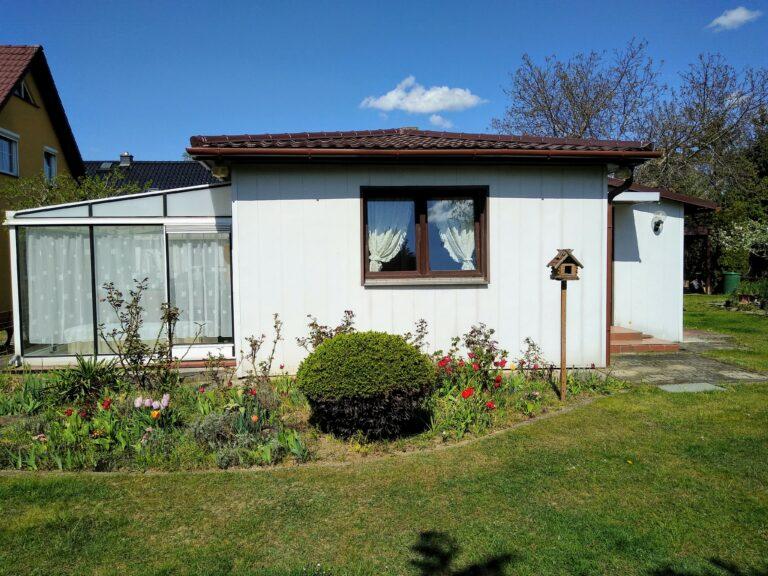 Bungalow mit Blick auf Wintergarten und Fenster WZ SZ 768x576